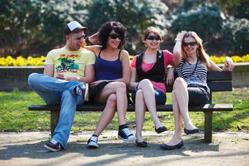 Freunde auf Parkbank