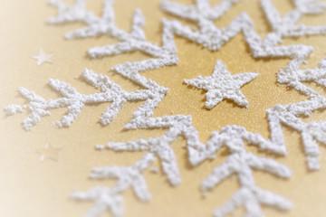 Schneestern auf goldenem Hintergrund