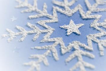 Schneestern auf blauem Hintergrund