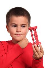bambino guarda clessidra