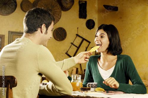 coppia che mangia