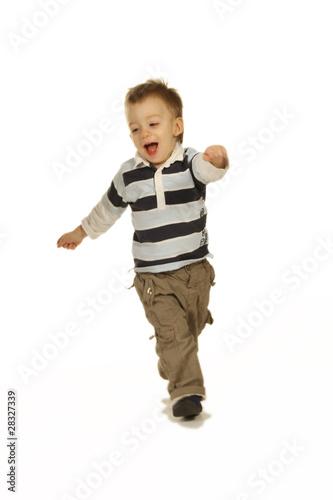 Kind rennt und lacht