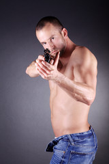 Mann mit Pistole zielt, hoch