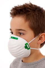 Junge - Jugendlicher mit Atemschutzmaske