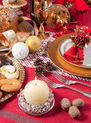 Tavola addobbata per festività natalizie