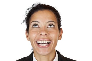 Nahaufnahme des Gesichts einer Frau die nach oben blickt