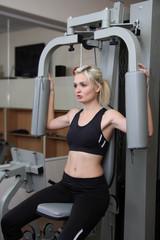 Девушка тренируется в спортивном зале
