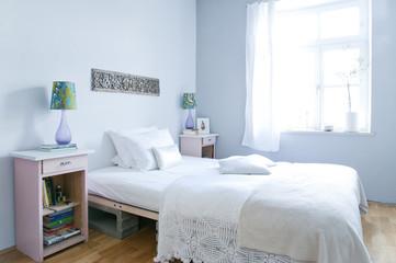 Schlafzimmer mit Bett und Lampen