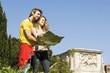 coppia guardano monumenti