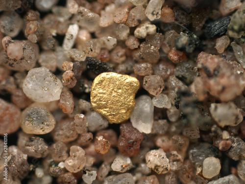 Goldflitter im Flußsand