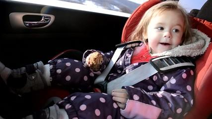 bébé mangeant a voiture