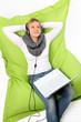 Junge Frau mit Laptop beim Chillen & Relaxen