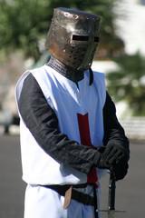 caballero templario con espada y casco, festival medieval