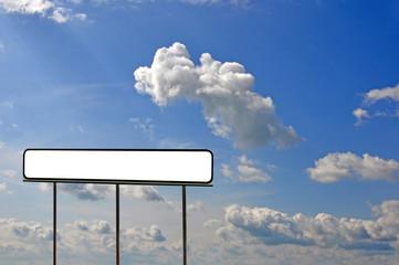 leerer wegweiser vor himmel