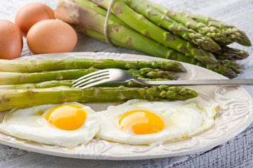 asparagus with eggs-asparagi con uova