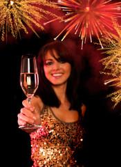 Frau mit Sektglas und Feuerwerk