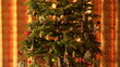 Detaily fotografie Ozdobený vánoční strom zabalené dárky pod