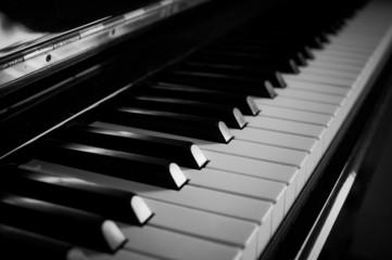 モノクロのアコースティックピアノ