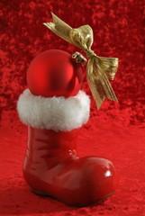 Weihnachtsmannsctiefel mit rote Kugel