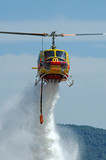 Hélicoptère bombardier d'eau. Helicopter fire fighting