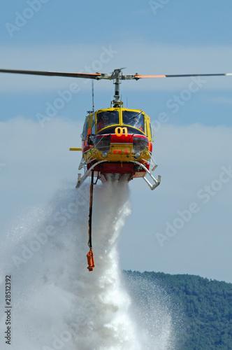 Papiers peints Hélicoptère Hélicoptère bombardier d'eau. Helicopter fire fighting