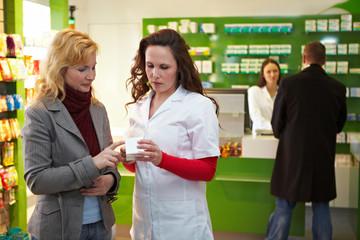 Apothekerin erklärt Kundin ein Medikament