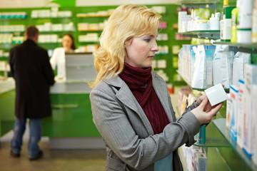 Kundin kauft in Apotheke ein