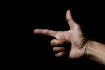 黒背景に方向を指し示す手