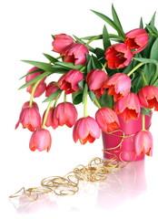 Букет розовых тюльпанов на белом фоне.