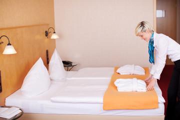 zimmermädchen macht hotelbett