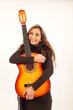 Eine hübsche Gitarristin träumt von der Karriere