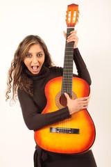 Eine hübsche Frau schreiend an der Gitarre