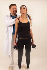 Ein Chiropraktiker unterstützt eine junge Sportlerin