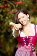 Frau hält frischen Kren entgegen