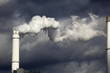 Schornstein, weisser Rauch, dunkler Himmel
