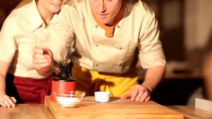 Profi Koch flambiert Crème brûlée
