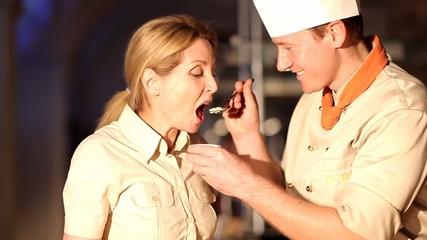 Profi Koch probiert Crème brûlée
