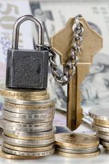 Candado con cadena y dinero