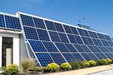 Moderný dom s Riadok fotovoltaické PV solárne panely a Anemometer
