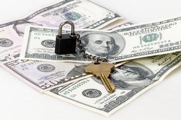 Candado con llave y dólares
