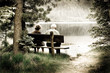 coppia di anziani in riva al lago