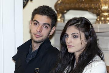 giovane coppia di sposi in chiesa