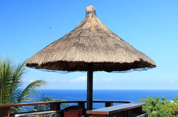 parasol de paille sur terrasse