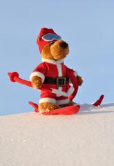 Weihnachtsteddy im Skiurlaub