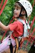 Kind klettert in Hochseilgarten