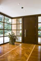 entrata con porta principale e pavimento di legno