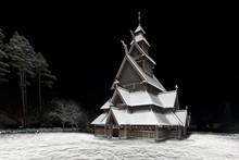 Une église en bois debout est une église médiévale en bois avec un poteau et la poutre