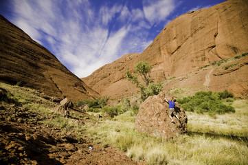 roca escalando en piedra