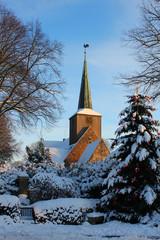 verschneite dorfkirche