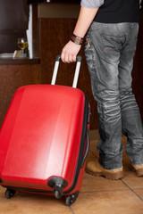hotelgast mit rollkoffer